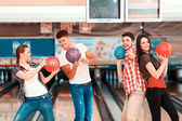 Young people holding bowling balls — Fotografia Stock