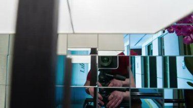 Cameramen shoot itself in mirror — ストックビデオ