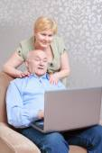 Couple works on the laptop — Stock Photo