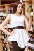 Woman holds a wine bottle — Stockfoto