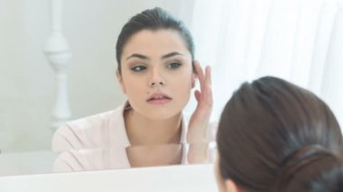Young woman setting right her make-up — Vídeo de stock
