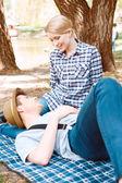 ピクニックの若い人々 のカップル — ストック写真
