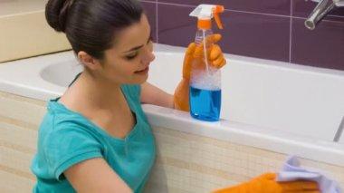 Young woman polishing bath — Stock Video
