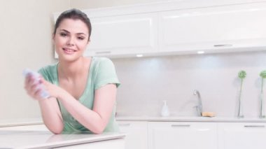 Woman cleaning her hands in kitchen — Stock Video