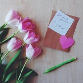 Tulips, note and heart for Valentine's day — Stock Photo