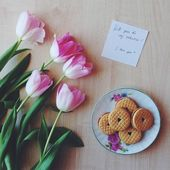 Tulips, note and cookies for Valentine's day — Stock Photo