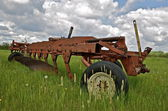 Vintage long plow parked in the grass — Stockfoto