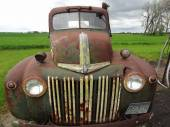 Old pickup truck shows layers of patina — Foto de Stock