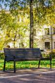 板凳在一个安静的城市公园 — 图库照片