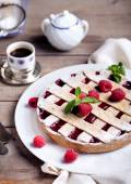 Linzer tart torte with fresh raspberry — Stock Photo
