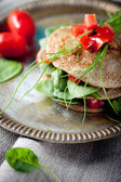 Wholegrain flat bread with spinach and tomatoes — Stock Photo