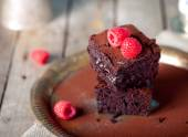 Brownies with raspberry on a wooden background. — Stock Photo