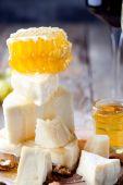 Assiette de fromages avec du miel — Photo
