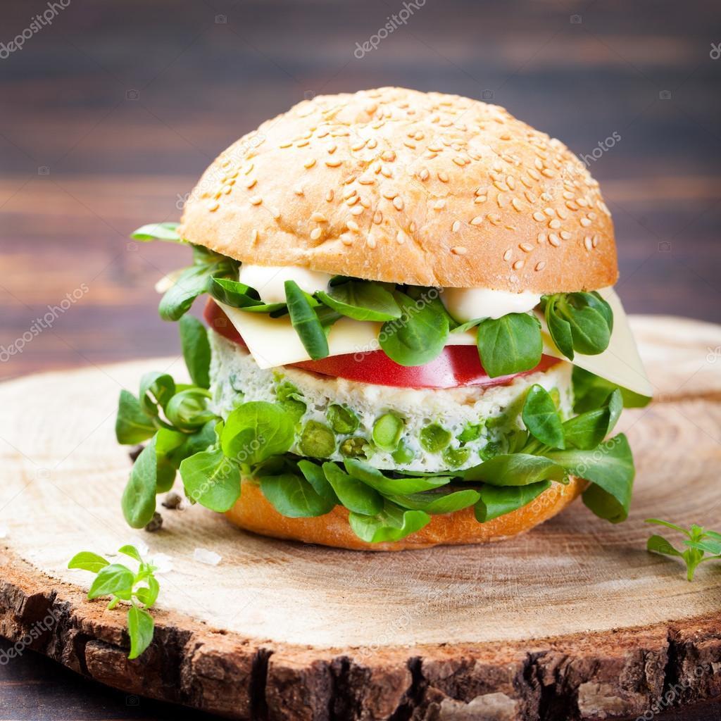 Hamburguesa vegetariana con huevo y empanada de guisantes - Plancha para hamburguesas ...