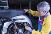 Mechanic is adjusting a motorbike sea — Stock Photo