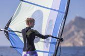 Garota de windsurf no mar — Fotografia Stock