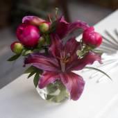 Giglio di petalo rosso 4 in un vaso da sopra — Foto Stock