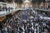 LONDON - SEPTEMBER 30 : COMMUTERS are facing train chaos tonight as trains out of London Liverpool Street are being cancelled on September 30, 2014 on the Liverpool street Station  in London, England. — Stock Photo