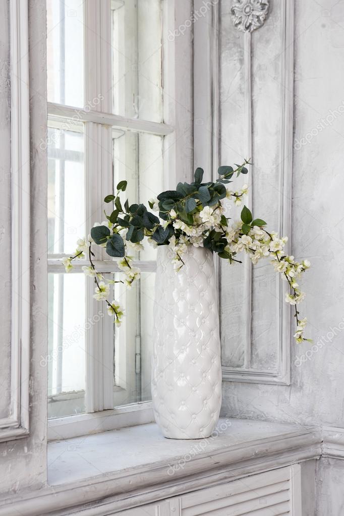 Natura morta con il mazzo dei fiori di ciliegio artificiale in un vaso cinese sul davanzale - Davanzale finestra interno ...