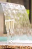 Två glas champagne nära utomhusjacuzzi — Stockfoto