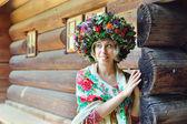 彼女の頭に花輪を持つ少女 — ストック写真