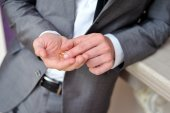Groom holding a gold rings — Stock Photo