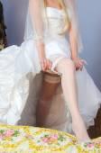 Vit strumpeband på benet av bruden — Stockfoto