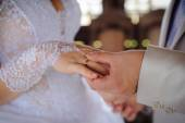 Groom putting ring on bride's finger — 图库照片