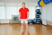 Trainer in de sportschool — Stockfoto