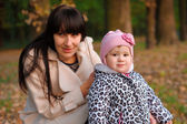 Mom and daughter in the autumn park — Stock Photo