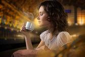 Brunette woman Drinking Coffee — 图库照片
