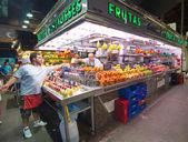 Nakupování v Barceloně trhu La Boqueria lidí — Stock fotografie