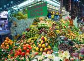 People shopping in the Barcelona La Boqueria Market — Stok fotoğraf