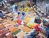 Colorful candy and drinks in the Barcelona La Boqueria Market — Stockfoto