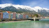 Historic architecture and snow capped mountains in Innsbruck, Au — Stock Photo