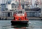 Tugboat maneuvering — Stock Photo