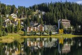 View of the Arosa city from Obersee,  Switzerland — Stock Photo