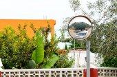 Courbe de miroir trafic coin au bord de la route. — Photo