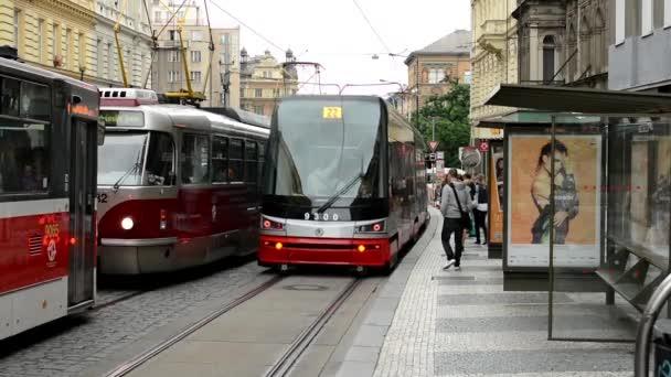 Les gens de banlieue - gens obtenir dans et descendez de billboard publicitaire tram - ville (bâtiments) avec des voitures qui passent à l'arrière-plan — Vidéo