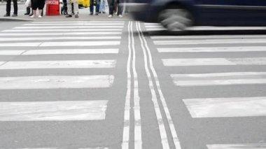 Fotgängare väntar vid trafikljus - upptagen urban street med bilar i staden: människor korsar vägen - detalj av ben — Stockvideo