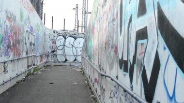 Narrow street - Graffiti on the walls — Stockvideo