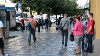 Wenceslas Square with people and parked cars - buildings and nature(trees) - walking people: pavement — Stock Video