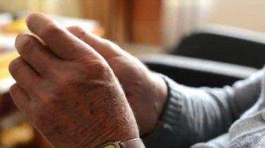 Old man (senior - elderly) - hands - rub one's hands — Stock Video