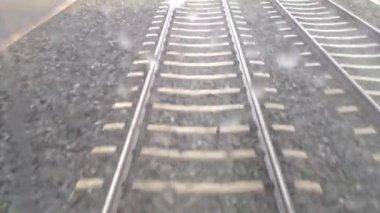 トラムや列車 - 鉄道線 (トラックや鉄道) - 石 - 道路と舗装 - 移動 - 水滴ウィンドウ — ストックビデオ