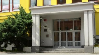 Main entrance to modern building (school):exterior - nobody - with tree — Stock Video