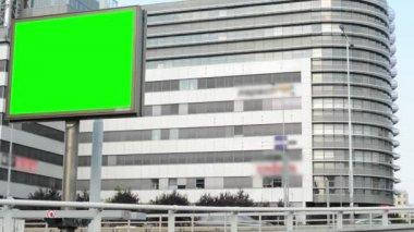 Billboard in the city near road - green screen - buildings in background - cars — Vídeo de Stock