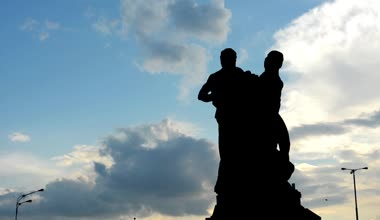 Statue with cloudy sky - high contrast - lapms — Stock Video
