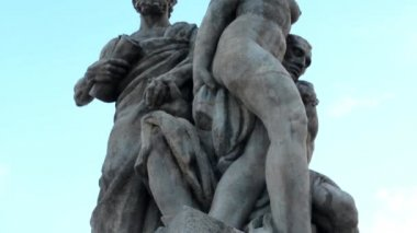 Statue (two men and one woman:naked) - blue sky — Video Stock