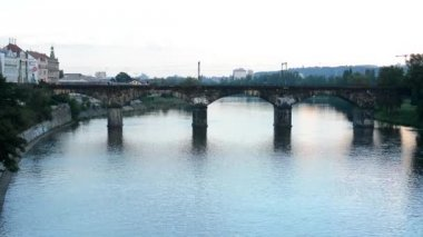 Bridge for train over the river - city with buildings - nature (trees) - without train — Vidéo