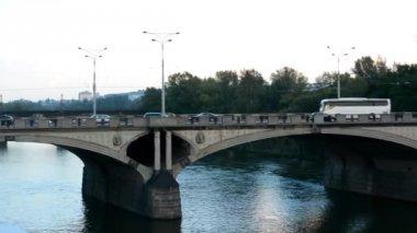 車 - 自然 (トレス) とバック グラウンドで建物 - 落書きで川に架かる橋します。 — ストックビデオ